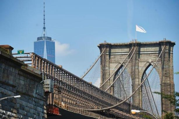 white-flags-ont-brooklyn-bridge